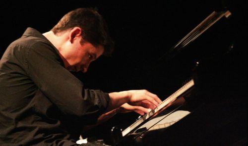 Tocar piano produz movimentos de flexo-extensão
