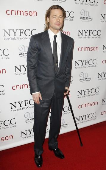 Brad Pitt utiliza a bengala para diminuir a carga na perna e sentir menos dor.